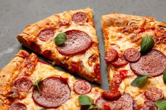 比萨用蒜味咸腊肠和加调料的口利左香肠 免版税库存图片
