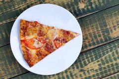 比萨饼在一张木桌上的玛格丽塔 免版税库存图片