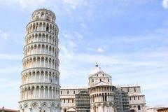比萨,奇迹地方斜塔和大教堂洗礼池,意大利 库存图片