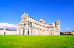 比萨,奇迹正方形。大教堂中央寺院和比萨斜塔。 免版税图库摄影