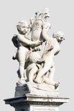 比萨,意大利三个天使近的斜塔的雕象  免版税库存照片