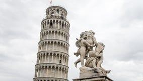 比萨,意大利, - 2014年9月4日:与天使雕象,比萨,意大利的比萨斜塔 免版税库存图片