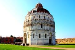 比萨,意大利-大约2018年2月:在奇迹正方形的洗礼池  免版税图库摄影