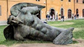 比萨,意大利- 2014年9月04日:波兰当代艺术家创造的` Ikaro下落的`伊戈尔Mitoraj 图库摄影