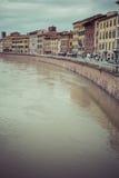 比萨,意大利- 2016年3月10日:漂浮穿过中世纪城市的亚诺河 免版税图库摄影
