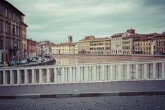 比萨,意大利- 2016年3月10日:漂浮穿过中世纪城市的亚诺河 图库摄影