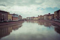 比萨,意大利- 2016年3月10日:漂浮穿过中世纪城市的亚诺河 库存图片