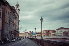 比萨,意大利- 2016年3月10日:漂浮穿过中世纪市的亚诺河比萨在意大利 免版税库存图片