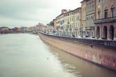 比萨,意大利- 2016年3月10日:漂浮穿过中世纪市的亚诺河比萨在意大利 图库摄影