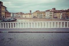 比萨,意大利- 2016年3月10日:漂浮穿过中世纪市的亚诺河比萨在意大利 库存图片