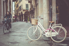 比萨,意大利- 2016年3月10日:老镇葡萄酒和自行车 库存照片