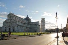 比萨,意大利- 9月03,2017:美丽的比萨塔和比萨大教堂天空蔚蓝的 库存照片