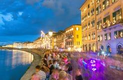比萨- 2015年6月16日:游人和本机在晚上享用著名 免版税图库摄影