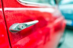 比萨- 2015年5月16日:红色菲亚特500停放的汽车 菲亚特500是一  图库摄影