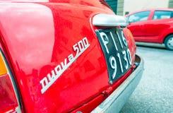 比萨- 2015年5月16日:红色菲亚特500停放的汽车 菲亚特500是一  库存图片