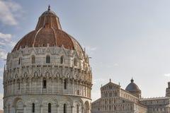 比萨洗礼池和大教堂中央寺院,托斯卡纳,意大利 免版税库存照片