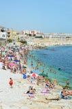 比谢列,意大利- 2017年8月3日:非常充分拥挤海滩地中海的在普利亚turist区域,比谢列人 库存照片