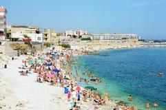 比谢列,意大利- 2017年8月3日:非常充分拥挤海滩地中海的在普利亚turist区域,比谢列人 图库摄影