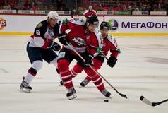 比赛冰球球员Slovan (布拉索夫)和Donbass (顿涅茨克) 免版税图库摄影