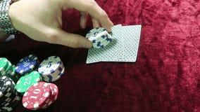比赛啤牌 在他的手上详述芯片 在芯片附近说谎 比赛在一张红色布料丝绒桌上 股票视频