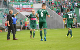 比赛在Wks Slask弗罗茨瓦夫和Ruch霍茹夫之间的T流动Ekstraklasa 有球员的塔德乌什Pawlowski 免版税库存照片