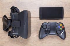 比赛控制器、3d VR耳机和机动性 免版税库存照片