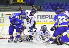 比赛曲棍球冰罗马尼亚乌克兰 免版税库存图片