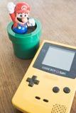 比赛男孩有超级马力欧Bros形象的颜色设备 免版税库存照片
