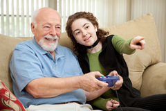 比赛祖父帮助青少年的录影 免版税库存照片