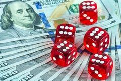 比赛赌博娱乐场把美国货币切成小方块 图库摄影