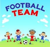 比赛足球 踢在运动场的男孩足球 漫画人物球员足球体育运动 图库摄影