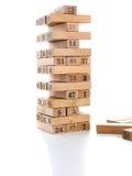 比赛jenga块在白色背景的 垂直的塔整个和在比赛 在堆的木块与图数字 免版税库存图片