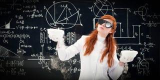 比较两个罐的科学家在化学实验室 免版税库存图片