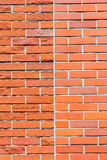 比较两纹理,使光滑和粗砺的红砖墙壁 免版税库存照片