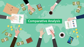 比较分析概念与文书工作,纸币和硬币的讨论例证在桌顶部 免版税库存照片