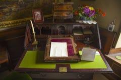 比阿特丽克斯陶瓷工书桌 免版税库存图片
