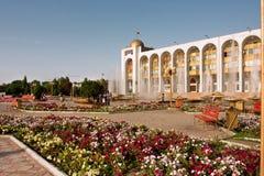 比什凯克,吉尔吉斯斯坦:在方形的丙氨酸太的花 免版税图库摄影