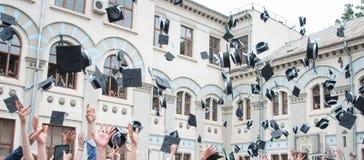 毕业帽子投掷 免版税库存照片
