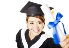 毕业愉快的少妇拿着文凭 库存照片