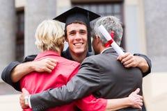 毕业生拥抱的父母 库存照片