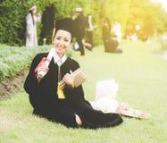 毕业生读书日志,笔记本在感到她的手松弛和如此幸福上在开业日 库存照片