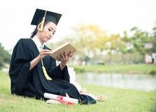毕业生读书日志,笔记本在感到她的手松弛和如此幸福上 免版税库存图片