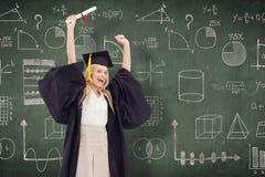 毕业生长袍的阻止她的文凭的白肤金发的学生的综合图象 免版税图库摄影