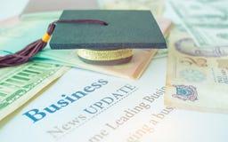 毕业盖帽,毕业生教育在大学, 库存照片
