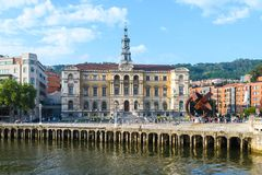 毕尔巴鄂市政厅观看,接近nervion河,西班牙 免版税库存图片