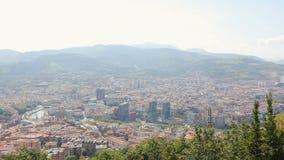 毕尔巴鄂市空中射击在西班牙,与山的都市风景,全景 股票视频
