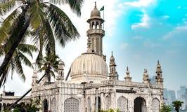 毕尔赴麦加朝圣过的伊斯兰教徒阿里伊朗王叫作赴麦加朝圣过的伊斯兰教徒的Bukhari著名Sufi寺庙阿里Dargah 组成在典型的因藤伊斯兰教的建筑学的大理石, 库存照片