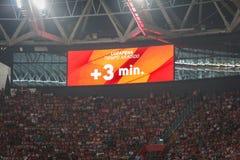毕尔巴鄂,西班牙- 8月28 :录影记分牌表明在行动增加的,三分钟在Athleti之间的西班牙联赛期间 库存照片