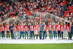 毕尔巴鄂,西班牙- 9月18 :毕尔巴鄂女性队为公众以前提供同盟杯子优胜者为比赛的毕尔巴鄂竞技队 免版税库存图片