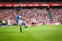 毕尔巴鄂,西班牙- 10月16 :Inigo马丁内斯,皇家社会队球员,在西班牙联赛期间的行动的在毕尔巴鄂竞技队之间 库存图片